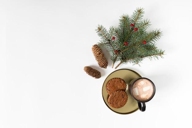 クッキーとモミの木の枝を持つコーヒーカップ 無料写真