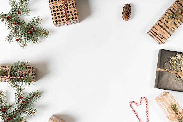 緑の枝とキャンディー・キャン・ギフト・ボックス 無料写真