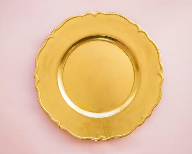 Золотая пластина на розовом столе Бесплатные Фотографии
