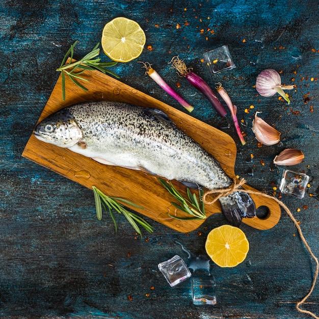 Элегантная здоровая пищевая композиция с рыбой Бесплатные Фотографии