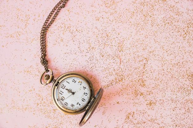 テーブル上のスパンコール付きポケット腕時計 無料写真