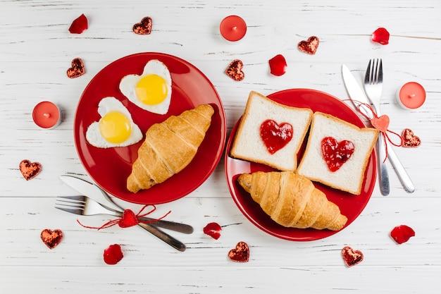 木製のテーブルのロマンチックな朝食 無料写真