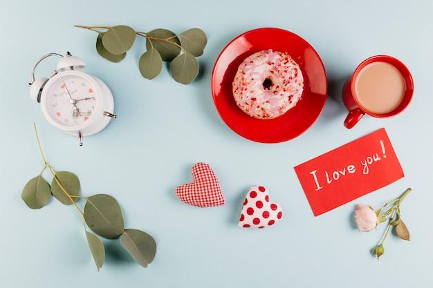 バレンタインのメモと装飾によるドーナツ朝食 無料写真