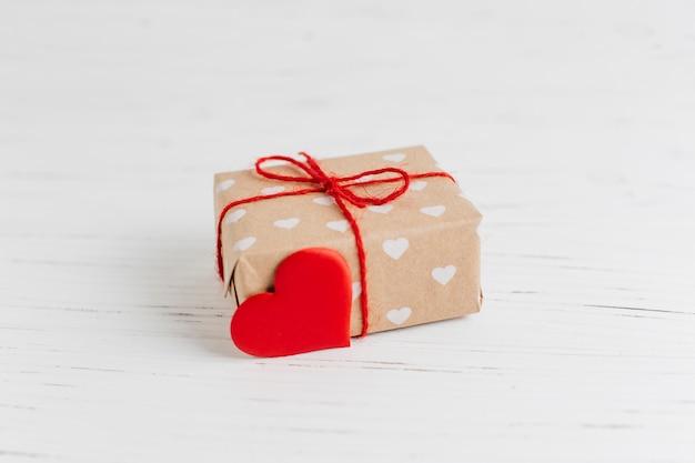バレンタインデーのために心臓の装飾をプレゼント 無料写真