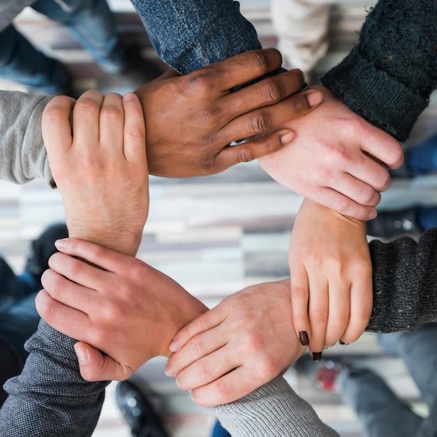 人々のグループの手でチームワークのコンセプト 無料写真