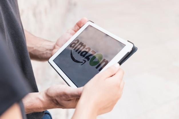 Человек с планшетом с амазоном премьер видео приложение Бесплатные Фотографии