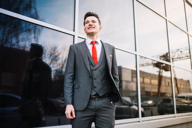 立っているビジネスマン 無料写真