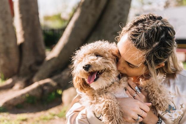 彼女の犬と幸せな若い女性 無料写真