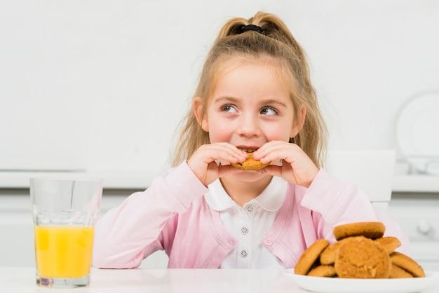 クッキーとジュースとブロンドの女の子 無料写真