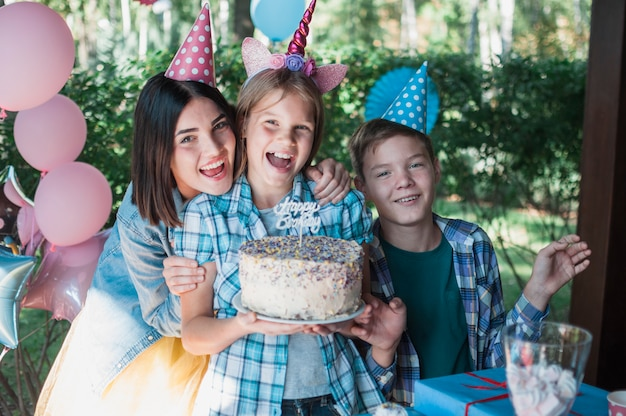 幸せな家族と素敵な誕生日のコンセプト 無料写真