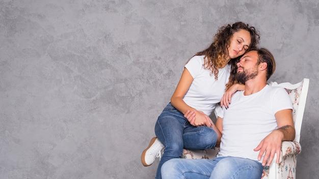 女性、アームチェア、男、寝る 無料写真