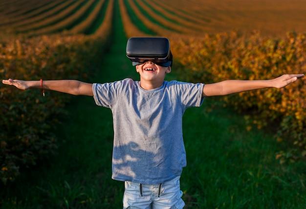 仮想現実眼鏡で楽しい素敵な小さな男の子 無料写真