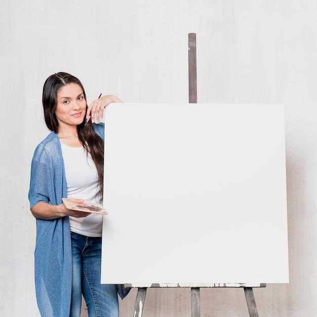 キャンバスの前に女性アーティスト 無料写真