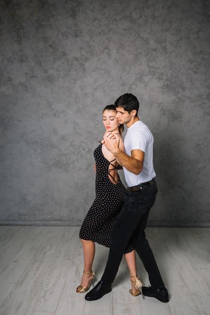 ヤングダンスパートナータンゴを踊る 無料写真