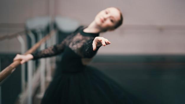 ダンススタジオで練習しているクラシックバレエの若い女性ダンサー 無料写真