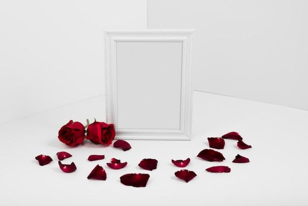 白いテーブルに赤いバラのフレーム 無料写真