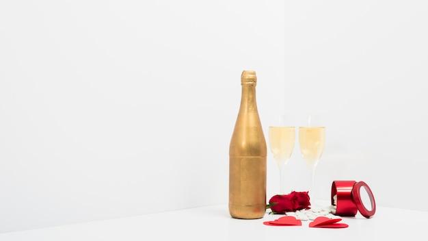赤い紙の心臓とシャンパンの眼鏡 無料写真