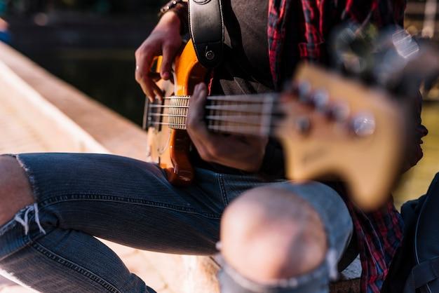 電気ギターを演奏する少年 無料写真