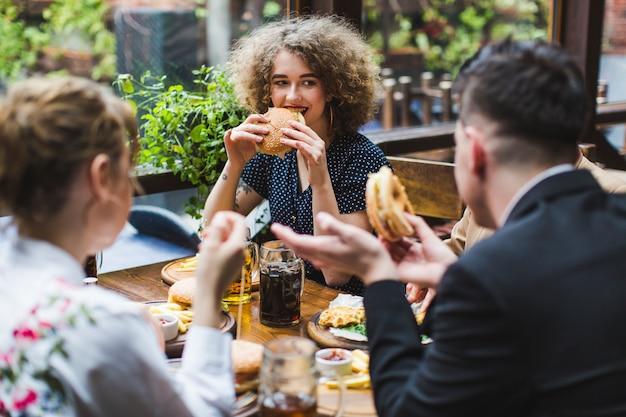 レストランで食事や会話をする友達 無料写真