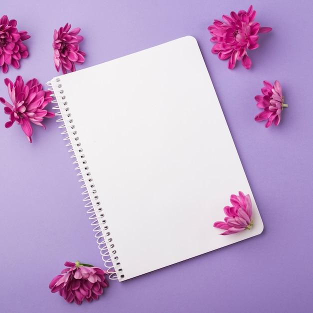 モダンなノートブックと素敵な花のコンセプト 無料写真