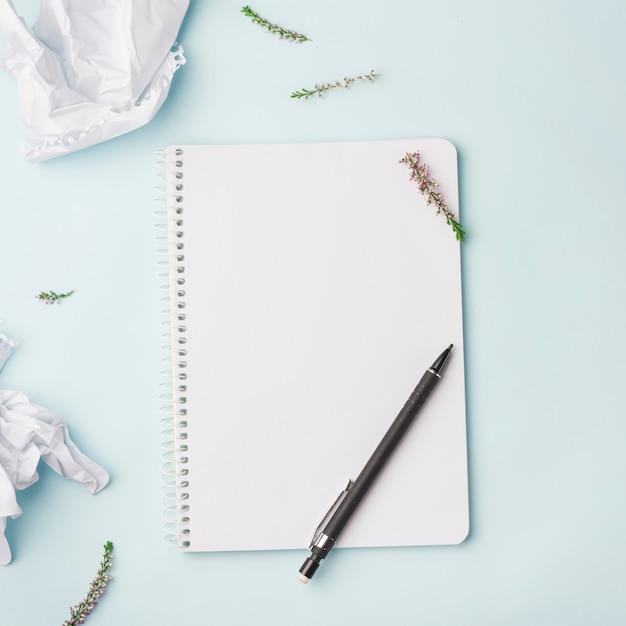 ノートブックと素敵な花のコンセプト 無料写真