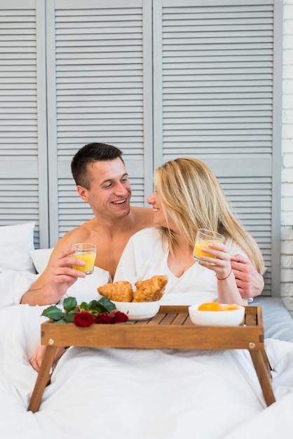 朝食、テーブル、食べ物、ベッド 無料写真