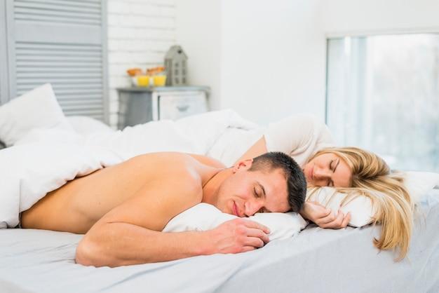 若い、恋人、ベッド 無料写真