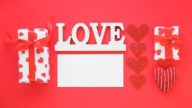 空白の紙と贈り物で碑文を愛する 無料写真