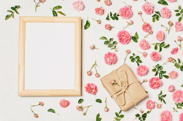 テーブルに花のある空のフレーム 無料写真