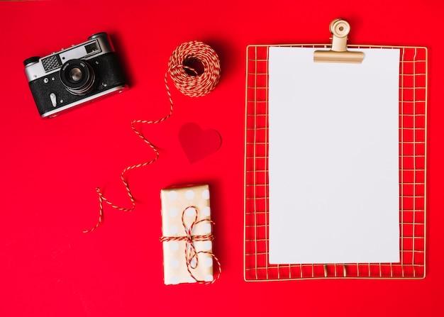 フォトカメラと白紙の平らな横 無料写真