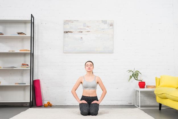 彼女の家で運動をする女の子 無料写真