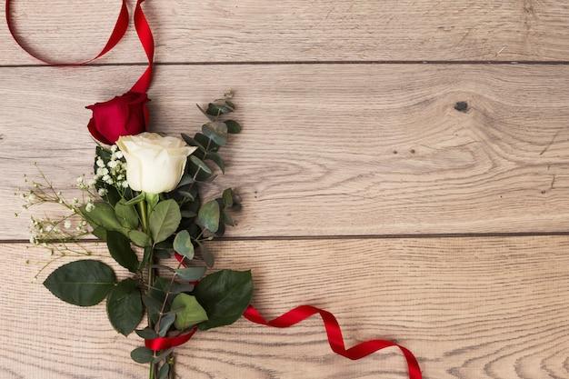 Букет роз в красной ленте Бесплатные Фотографии