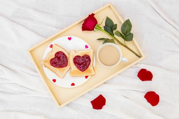 サービスされたロマンチックな朝食の上から 無料写真