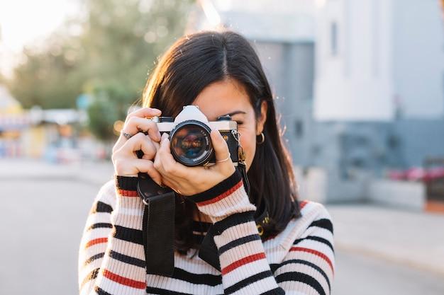 写真を撮っている少女 無料写真