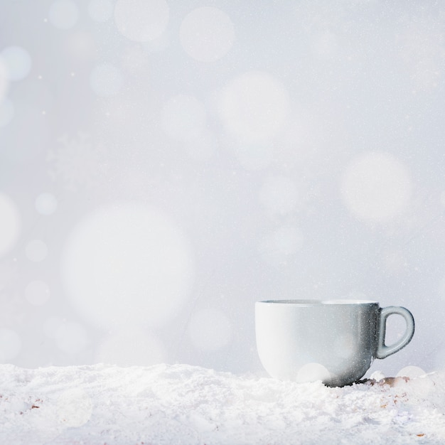 雪と雪の銀行の上にカップ 無料写真