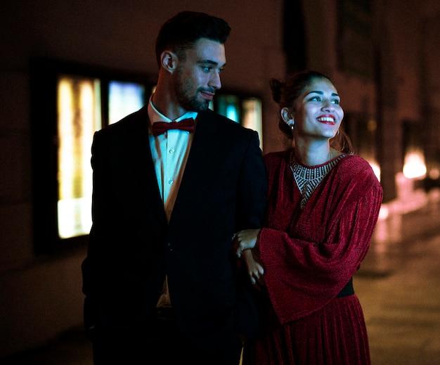 若い男と歩く魅力的な魅力的な笑顔の女性 無料写真