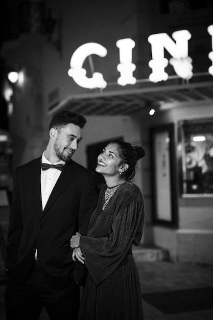 ストリートで若いポジティブな男と歩く魅力的な美しい幸せな女性 無料写真