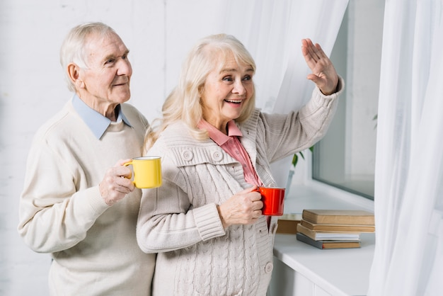 Пожилая пара говорит привет Бесплатные Фотографии