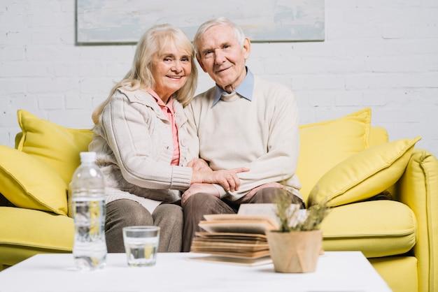 Концепция любви со старшей парой Бесплатные Фотографии