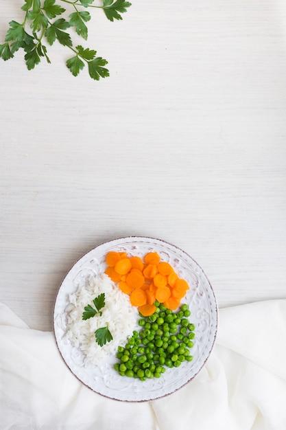 白い布と皿の上の野菜とパセリとご飯 無料写真
