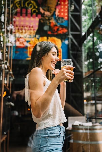 ビールを飲む女性 無料写真