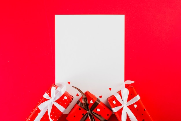 紙シートとバレンタインデーが赤で贈られます 無料写真