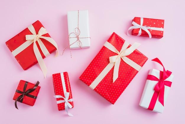 きれいに包まれたバレンタインデーのプレゼント 無料写真