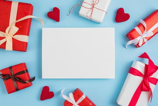 バレンタインギフトボックスと紙の周りの心 無料写真