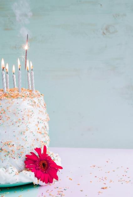 水彩の背景の前に誕生日ケーキ 無料写真