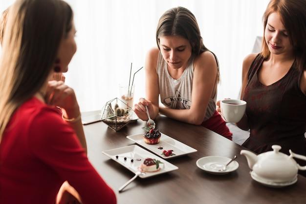 Друзья обедают в ресторане Бесплатные Фотографии