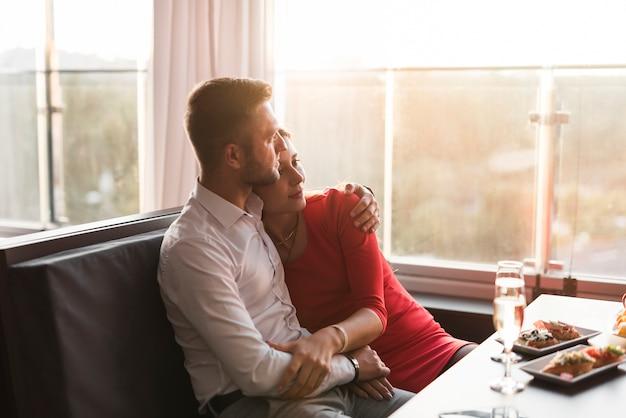 Пара обедает в ресторане Бесплатные Фотографии