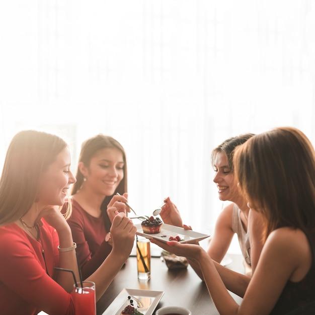 レストランで夕食を食べた友達 無料写真