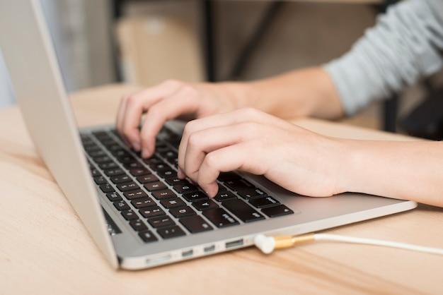 オフィス、ノートパソコン、男の子 無料写真
