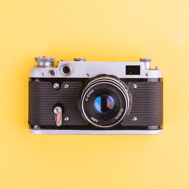 黄色の背景にカメラ 無料写真